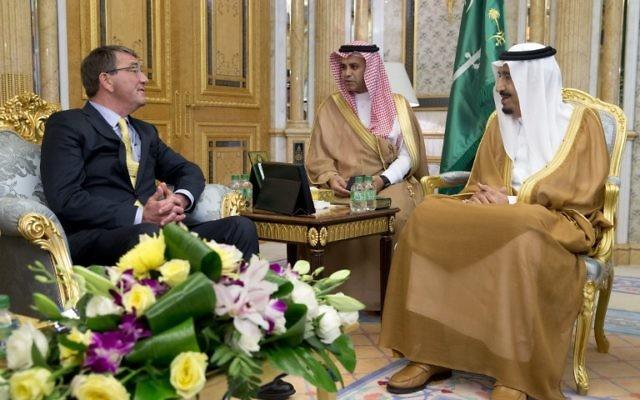 Le secrétaire américain à la Défense Ashton Carter (à gauche) avec le roi saoudien Salman (à droite) au palais Al-Salam à Djeddah le 22 juillet 2015 (Crédit photo: Carolyn Kaster / Pool/ AFP)