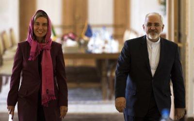 Le ministre iranien des Affaires étrangères Mohammad Javad Zarif (à droite) et la chef de la politique étrangère de l'UE Federica Mogherini arrivant pour une conférence de presse à Téhéran, le 28 juillet 2015 (Crédit : AFP PHOTO / BEHROUZ MEHRI)