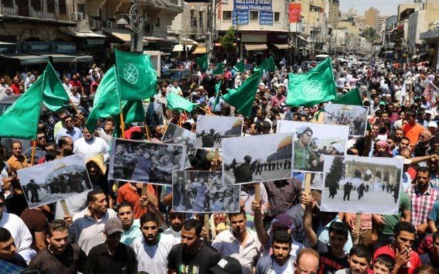 """Des centaines de Jordaniens ont manifesté vendredi 31 juillet 2015 à Amman, pour protester contre les """"agressions"""" d'Israël contre la mosquée Al-Aqsa à Jérusalem (Crédit : AFP PHOTO / KHALIL MAZRAAWI)"""