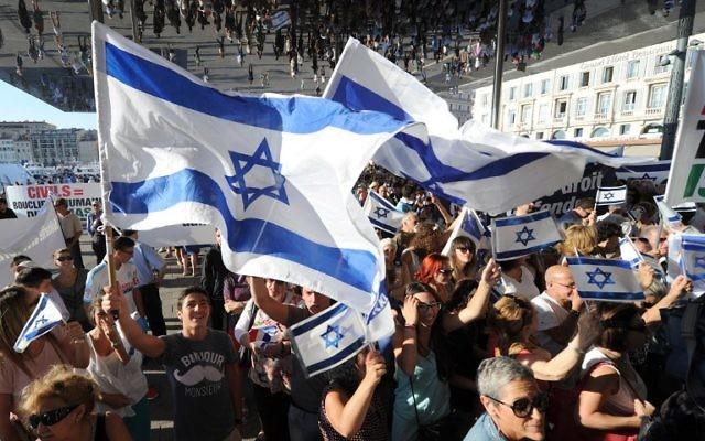 Drapeaux israéliens pendant une manifestation de soutien à Israël, le 27 juillet 2014, à Marseille. (Crédit : AFP PHOTO / Boris Horvat)