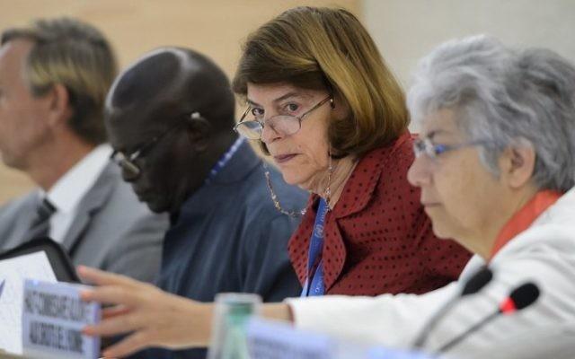 Le président de la Commission d'enquête sur le conflit de Gaza de 2014, Mary McGowan Davis (2e à droite), entre le membre de la commission Doudou Diene (2ème à gauche) et le Haut commissaire adjoint des Nations unies aux droits de l'Homme, Flavia Pansieri (à droite), avant la présentation de son rapport aux délégués du Conseil des droits de l'Homme, le 29 juin 2015, au Bureau des Nations unies à Genève (Crédit : Fabrice Coffrini / AFP)