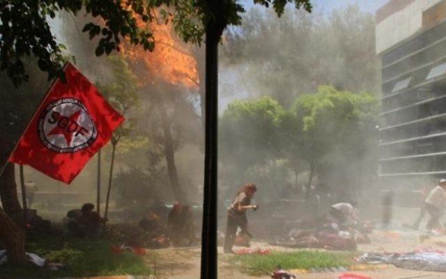 Cette photo a été prise le 20 juillet 2015 montre la scène après une explosion dans la ville de Suruc à Sanliurfa, le 20 juillet 2015, qui se situe non loin de la frontière syrienne. Au moins 20 personnes ont été tuées et des dizaines de blessés. L'origine de l'explosion n'a pas été déterminé immédiatement, mais de nombreuses autorités et les médias turcs affirme que l'attaque a été menée par un kamikaze (Crédit : AFP PHOTO / Agence de presse DICLE)