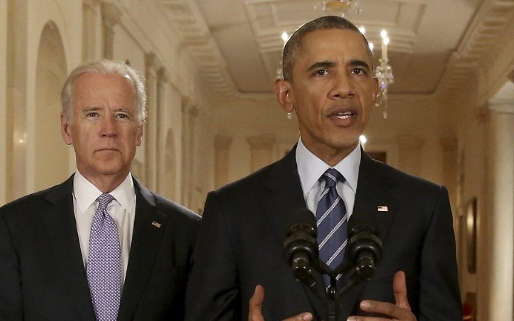Le président américain Barack Obama, avec le vice-président Joe Biden (à gauche), prononce une allocution dans la East Room de la Maison Blanche, le 14 juillet 2015 à Washington. (Crédit : Andrew Harnik / AFP)