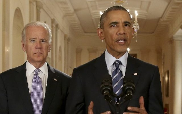 Le président américain Barack Obama, avec le vice-président Joe Biden (à gauche), prononce une allocution dans la East Room de la Maison Blanche le 14 juillet 2015 à Washington (Crédit : Andrew Harnik / AFP)