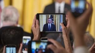 Des convives photographient le président américain Barack Obama qui parle lors d'une réception pour le 25ème anniversaire de Americans with Disabilities Act (ADA) à  la Maison Blanche  le 20 juillet 2015 (Photo: SAUL LOEB/ AFP )