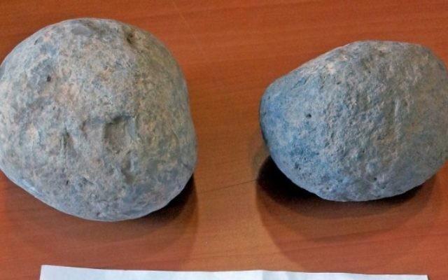 Les deux boulets de canons rendus par un anonyme après 20 ans au musée de Beer Sheva (Crédit : autorisatioon Musée des cultures islamiques et proche-orientales de Beer Sheva)