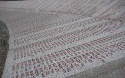 Mur des noms au mémorial du génocide Potocari, près de Srebrenica (Crédit : Michael Büker/Wikimedia commons)