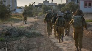 Des soldats de Tsahal dans la bande de Gaza pendant l'Opération Bordure protectrice l'été 2014 (Crédit : Unité du porte-parole Tsahal / Flickr)