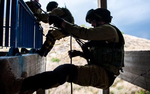 Une unité de Tsahal de contre le terrorisme en train de s'entraîner à neutraliser les terroristes qui ont pris le contrôle d'un bâtiment (Crédit : porte parole de l'IDF)
