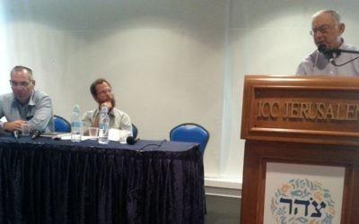 Asa Kasher (sur le podium) à la Conférence Tzohar Rabbis sur la société et l'Etat, le jeudi 8 juillet 2015. (Crédit : Autorisation)