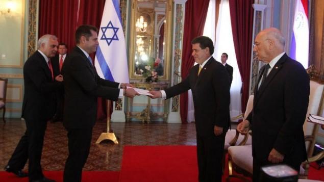 L'ambassadeur israélien au Paraguay Peleg Levy soumet la charte de réouverture de l'ambassade d'Israël au président Horacio Cartes, le 27 juillet 2015. (Crédit : ministère des Affaires étrangères)