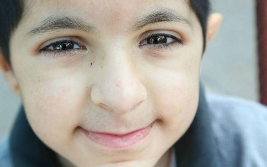 Eitan, 7 ans, a deux frères, Ayalon et Elad. Il est né avec un syndrome génétique rare affectant ses capacités motrices et de la parole (Crédit : Rick Guidotti)