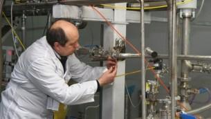 Un inspecteur de l'Agence internationale de l'énergie atomique  à la centrale nucléaire de Natanz dans le sud de Téhéran, le 20 janvier 2014 (Crédit : Kazem Ghane / IRNA / AFP)