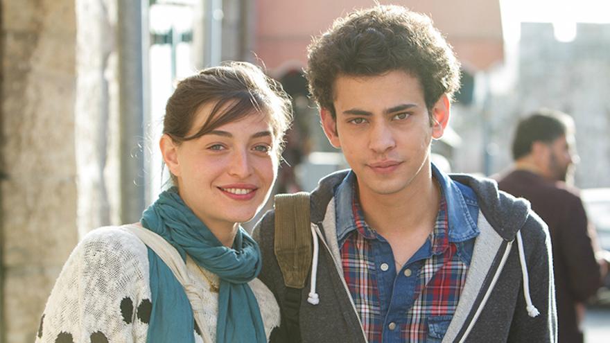 Les personnages Naomi (Danielle Kitzis) et Eyad (Tawfeek Barhom) sortent ensemble en secret (Crédit : Autorisation de Strand Releasing)