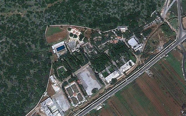 Une image satellite d'un site au nord-est de Masyaf, où le régime d'Assad stockerait des armes chimiques (Crédit : Google Maps)
