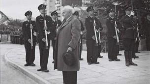 Le premier Premier ministre israélien David Ben Gurion se tenant au garde à vous pendant que l'hymne national, la Hatikva est joué lors de la cérémonie d'ouverture de la Knesset en 1949 (Crédit photo: Hugo Mendelson / GPO)