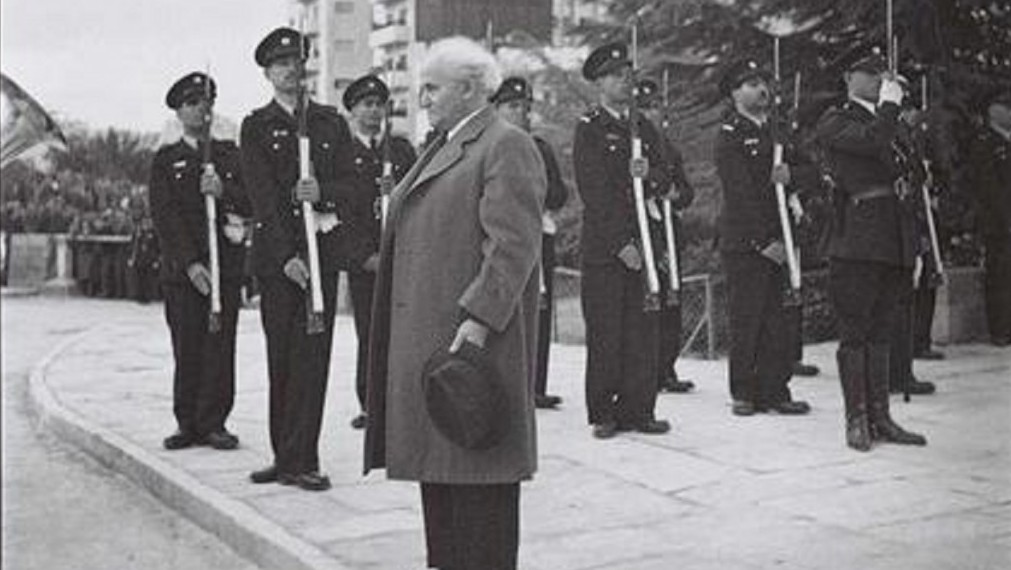 Le premier Premier ministre d'Israël David Ben Gurion se tenant droit l'hymne national, la Hatikva est joué lors de la cérémonie d'ouverture de la Knesset en 1949 (Crédit : GPO / Hugo Mendelson)