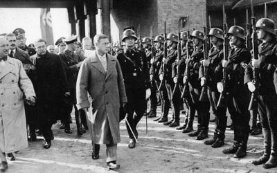 Edward, duc de Windsor, passe en revue une escouade de SS avec Robert Ley en octobre 1937 (Crédit : Bundesarchiv, Bild 102-17964 / Pahl, Georg / CC-BY-SA)