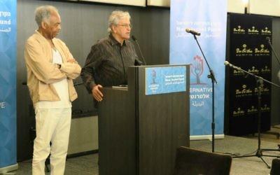 Gilberto Gil (à gauche) et Caetano Veloso se prononçant contre le mouvement BDS lors d'une conférence de presse au cours de leur séjour en Israël, le 28 juillet 2015 (Crédit : Luc Tress)