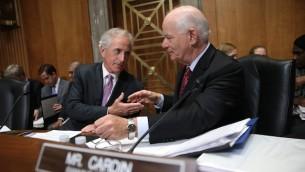 Le comité des relations étrangères du Sénat : le Président sénateur Bob Corker (R-Tennessee), à gauche, serre la main au sénateur Ben Cardin (D-Maryland) au cours d'une réunion du Comité  sur l'accord nucléaire avec l'Iran proposé le 14 Avril, 2015. (Crédit : JTA / Win McNamee / Getty Images)