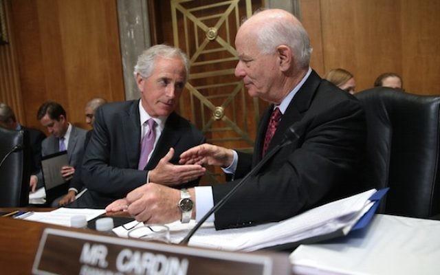 La commission des Relations étrangères du Sénat : le président Bob Corker (républicain, Tennessee), à gauche, avec Ben Cardin (démocrate, Maryland), le 14 avril 2015. (Crédit : Win McNamee/Getty Images/JTA)