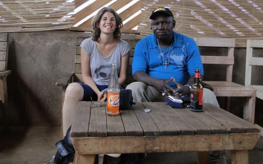 Tamara Baraaz assise à côté de la porte-parole de la milice anti-Balaka en République centrafricaine (Crédit : Autorisation de Tamara Baraaz)