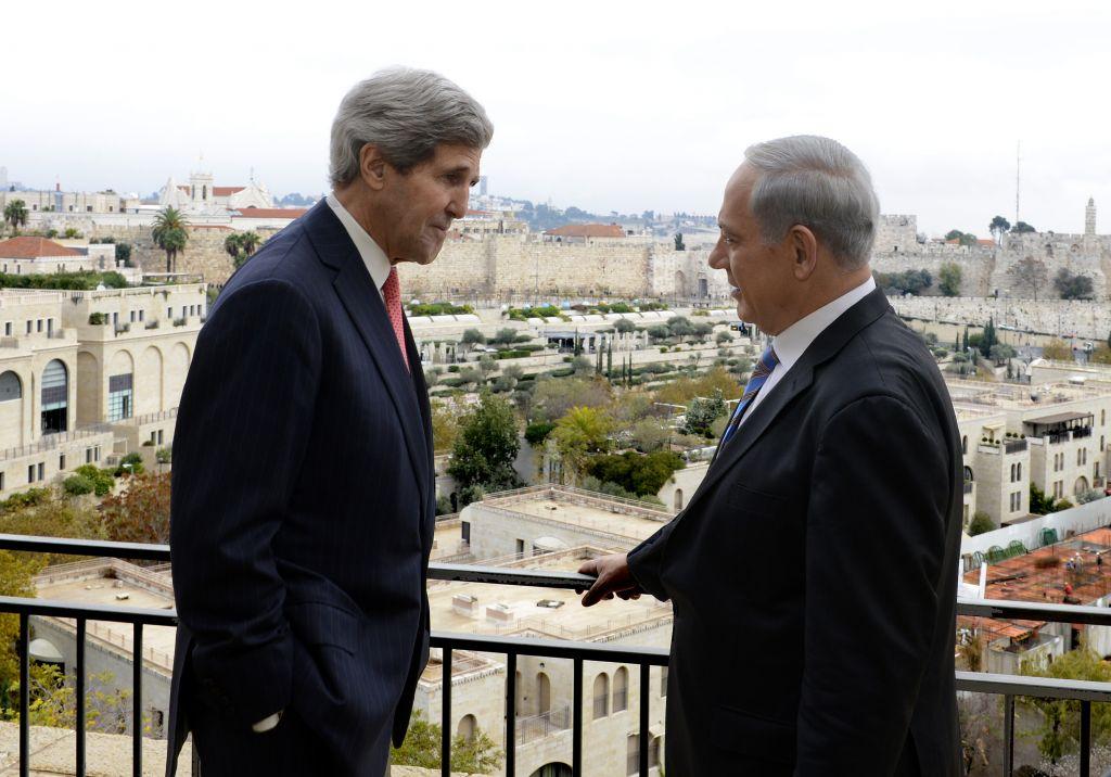 Le secrétaire d'Etat américaine, John Kerry, à gauche, et le Premier ministre Benjamin Netanyahu se rencontrent à Jérusalem, le 6 décembre 2013. (Crédit : Matty Stern/Ambassade américaine de Tel Aviv)