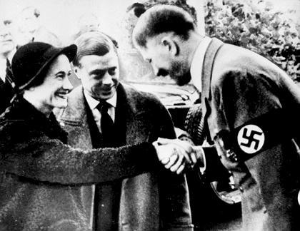 Le duc et la duchesse de Windsor rencontrent Adolf Hitler en 1937 (Crédit : Wikipedia)