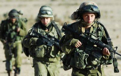 Des Israéliennes servant dans le bataillon Caracal, en novembre 2007. (Crédit : Yoni Markovitzki/unité des porte-paroles de l'armée israélienne/Flash90)