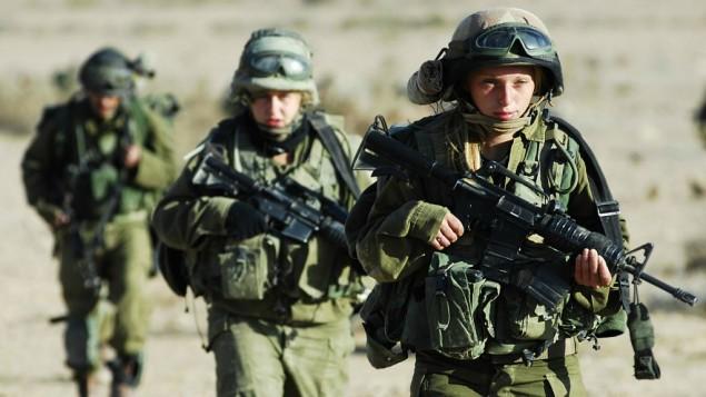 Les hommes et les femmes soldats du bataillon Caracal, en novembre 2007 (Crédit : Yoni Markovitzki / IDF Porte-parole / Flash90)