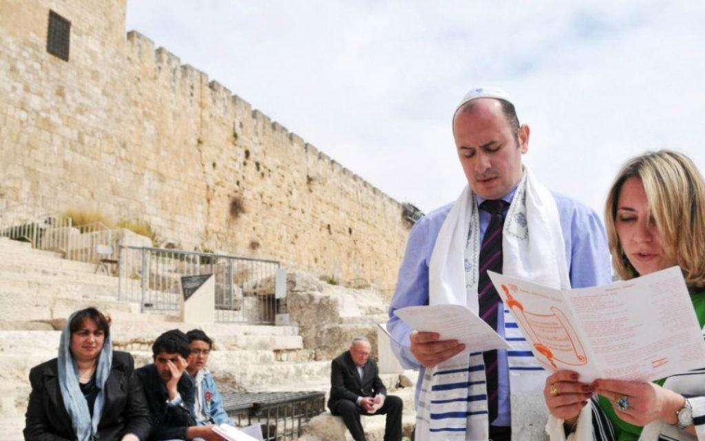 Un couple réforme priee lors d'une cérémonie de bat mitzva près du mur Occidental, tout en portant des tefillin, le 19 mars, 2009. (Crédit : Yossi Zeliger / FLASH90)