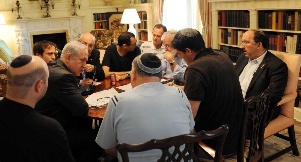 Le Premier ministre Benjamin Netanyahu consulte ses conseillers à Blair House à Washington eb mai 2011. Gil Shefer est à l'extrême gauche. Dore Gold est à l'extrême droite. Ron Dermer assis, deuxième à partir de la droite, avec le dos à la caméra en chemise à manches courtes. Yaakov Amidror (barbu), Yitzhak Molcho (partiellement obscurci par Netanyahu) et l'ancien secrétaire du cabinet Zvi Hauser (T-shirt noir, lunettes) sont également à la table (Crédit : Avi Ohayon / Flash90)