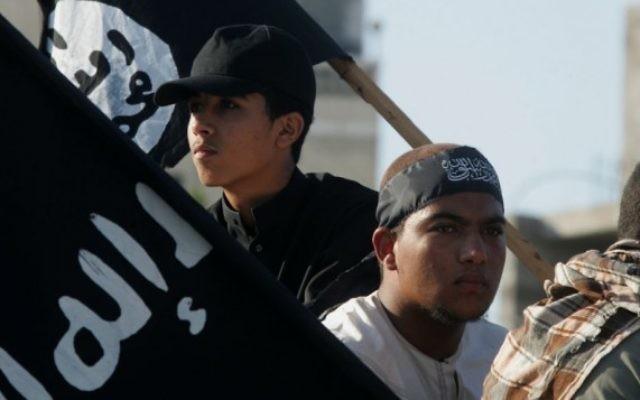 Des militants palestiniens à Rafah, dans le sud de la bande de Gaza, avec le drapeau de l'Etat islamique, en 2012. (Crédit : Abed Rahim Khatib/Flash90)