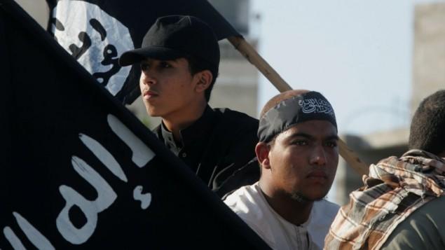 Des militants palestiniens à Rafah, dans le sud de la Bande de Gaza, tiennent le drapeau de l'Etat islamique en 2012 (Crédit : Abed Rahim Khatib/Flash90)