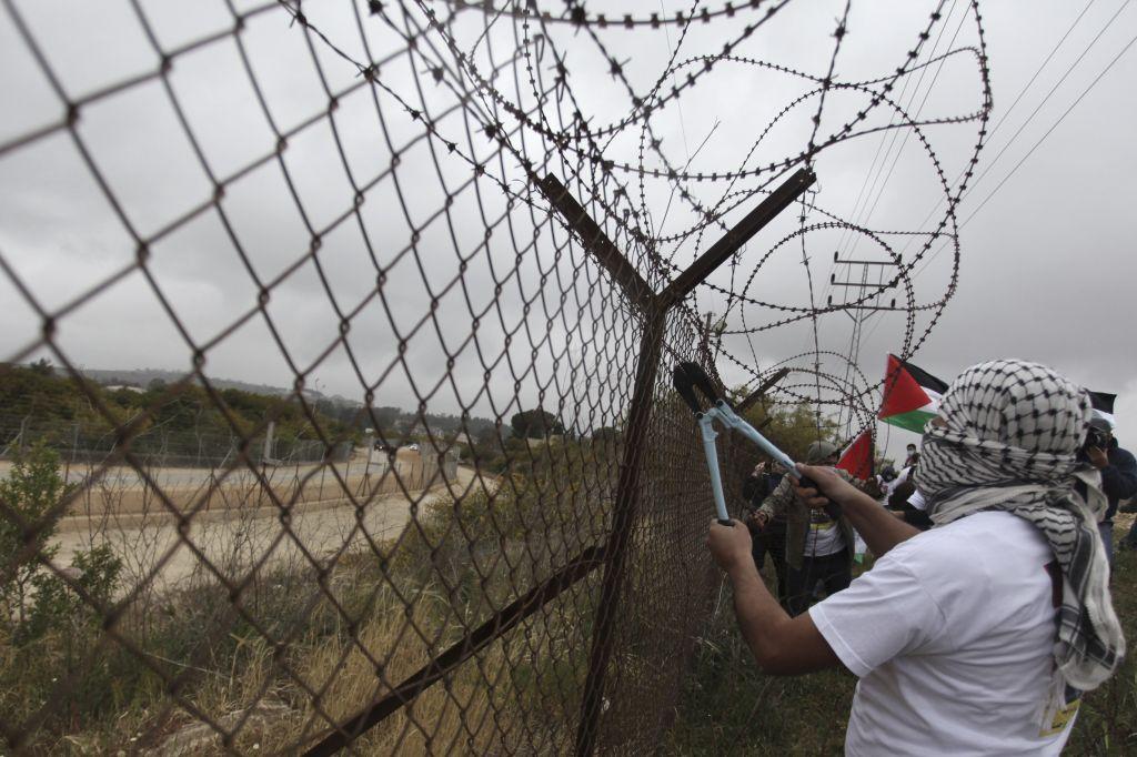Des Palestiniens protestant contre la barrière de sécurité. (Crédit : Issam Rimawi / Flash90)