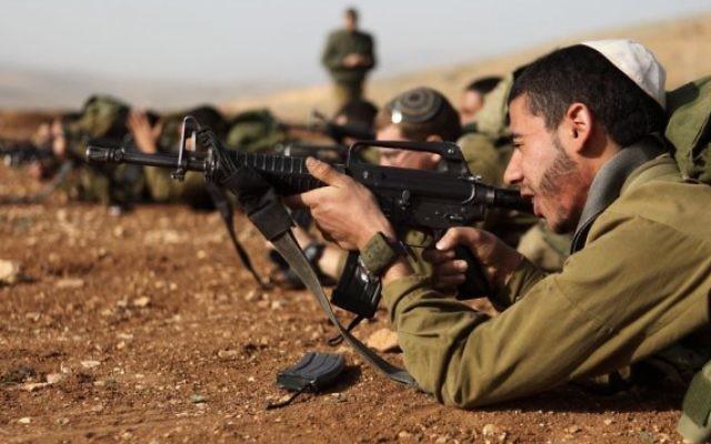 Des soldats israéliens de l'unité 'Nahal Haredi' en exercice, en août 2013 (Crédit photo : Yaakov Naumi/Flash90)