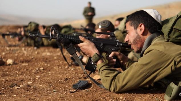 """Des soldats israéliens de l'unité """"Nahal Haredi""""en exercice, en août 2013 (Crédit : Yaakov Naumi/Flash90)"""