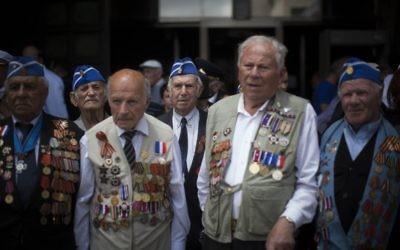 Des vétérans de la Seconde Guerre Mondiale lors d'une marche qui marque la défaite de l'Allemagne nazie, Jérusalem le 8 mai 2014 (Crédit :  Yonatan Sindel/Flash90)
