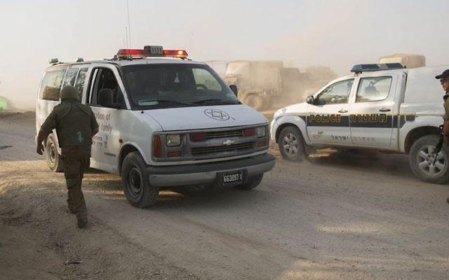 Une ambulance israélienne à côté d'une voiture de patrouille de la police des frontières (Crédit : Yonatan Sindel / Flash90)