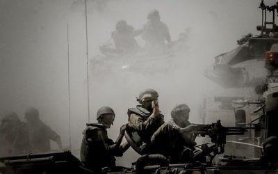 Des soldats israéliens sur un char dans une zone de transit de Tsahal près de la frontière israélienne avec Gaza, le 31 juillet 2014 (Crédit : Miriam Alster / Flash90)