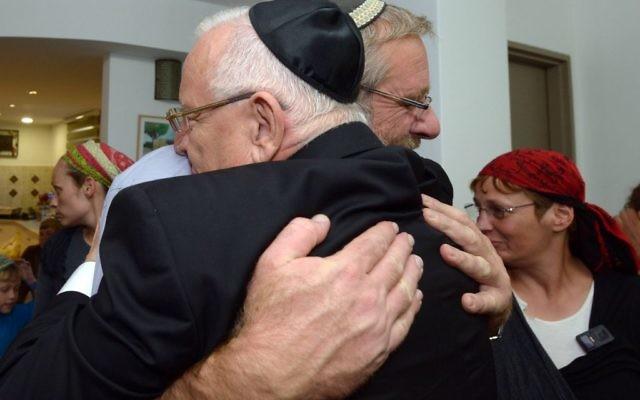 Le président Reuven Rivlin rend visite à la famille du commandant Benaya Sarel (Crédit : Haim Zach/GPO/Flash90)