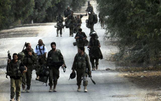Soldats israéliens rentrant de la bande de Gaza, contrôlée par le Hamas, le 5 août 2014. (Crédit : Dave Buimovitch/Flash90)