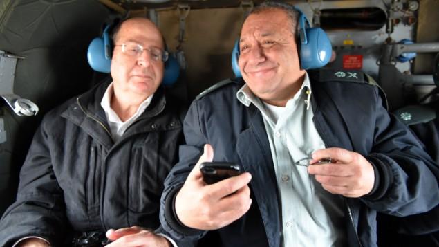 Le ministre de la Défense Moshe Yaalon, à gauche, et le Major Général Gadi Eisenkot le 27 novembre 2014 (Crédit : Ariel Hermoni / Ministère de la Défense)