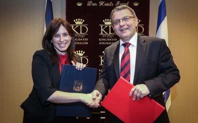 Tzipi Hotovely, lors d'une rencontre avec Lubomir Zaoralek, le ministre tchèque des Affaires étrangères, en juin dernier. (Crédit : Yossi Zamir/Flash90)