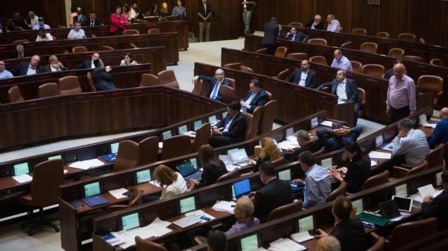Photo d'une session plénière de la Knesset le 17 juin 2015 (Crédit : Miriam Alster / FLASH90)