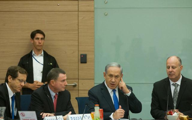 Le Premier ministre israélien Benjamin Netanyahu (2 à droite), le président du parlement israélien Yuli Edelstein (2 à gauche), le chef de l'opposition, Isaac Herzog (à gauche) et Tzahi Hanegbi (à droite)  à une réunion de la commission sur le conflit israélo Parlement le 29 juin 2015 (Crédit : Miriam Alster / FLASH90)