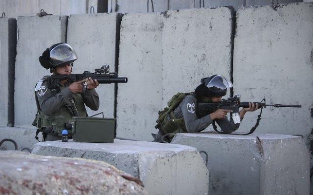 Des garde-frontières israéliens au point de contrôle de Qalandiya, près de Ramallah, en Cisjordanie, le 30 juin 2015. (Crédit : STR/Flash90)