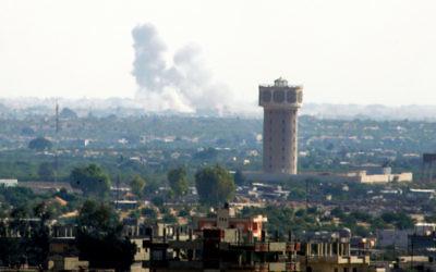 La fumée s'élevant du nord du Sinaï, en Egypte, comme on le voit à partir de la frontière de la bande de Gaza, le 1er juillet 2015, au milieu de violents affrontements entre les forces gouvernementales et des hommes armés affiliés à l'Etat islamique. (Crédit : Abed Rahim Khatib / Flash90)