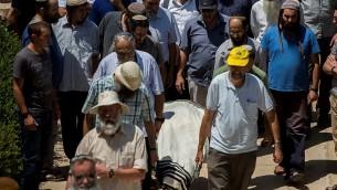 La famille et les amis portent le corps de Malachi Moshe Rosenfeld, 25 ans, lors de ses funérailles à Kochav Hashahar, en Cisjordanie, le 1er juillet 2015. (Crédit : Yonatan Sindel / Flash90)