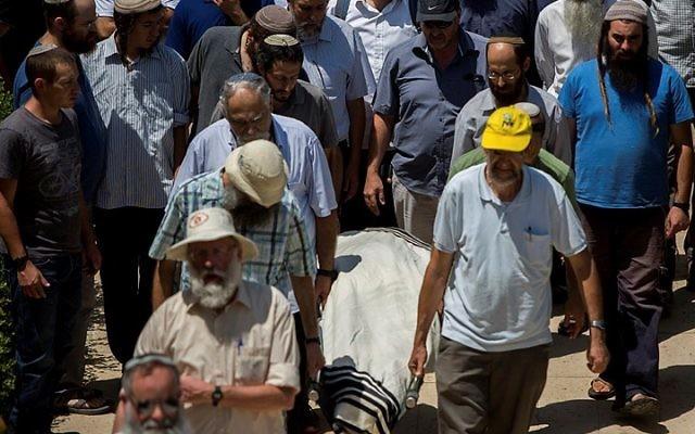 La famille et les amis portent le corps de Malachy Moshe Rosenfeld, 25 ans, lors de ses funérailles à Kochav Hashahar, en Cisjordanie, le 1er juillet 2015. (Crédit : Yonatan Sindel / Flash90)